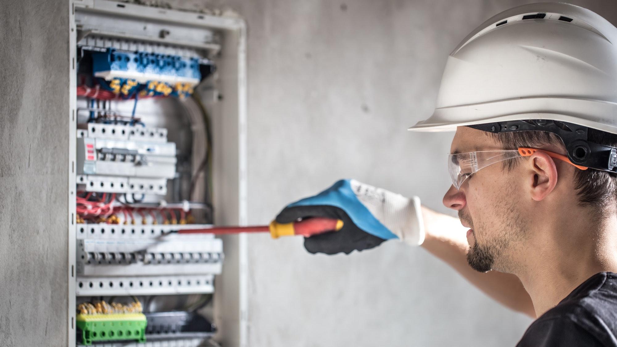 Læs om flytning af eltavle - Love, regler og priser flytning af el-tavle, på denne side kan du læse om flytning af el tavle priser og se priseksempel