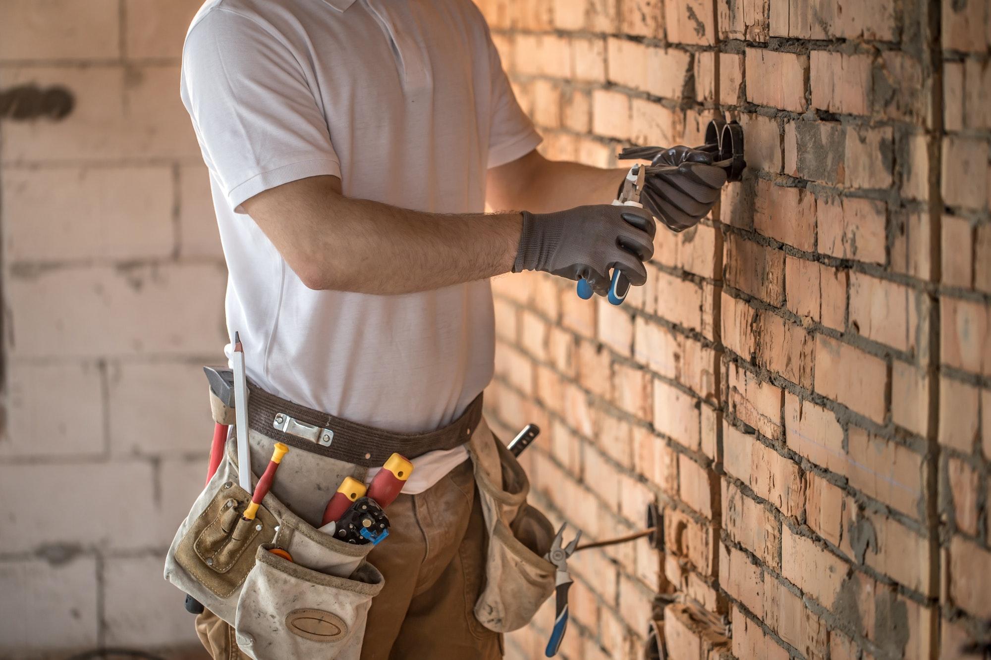 Indfræse el i væg, her kan du se en lille guide som beskriver hvordan vi som elektriker arbejder med en rillefræser og indfræsning af el i f.eks. en beton væg