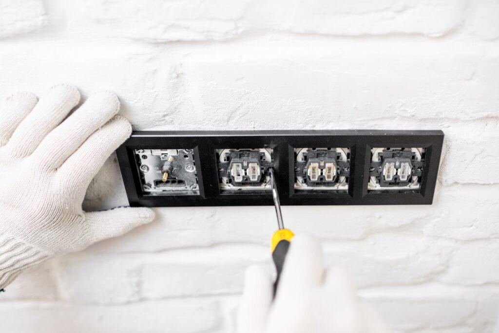 Du må aldrig selv udskifte et ujordet stikkontakt, her er god en lille guide til elektrikere